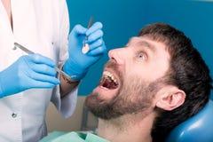 Lekarka egzamininuje oralnego zagłębienie na zębu gniciu Próchnicy ochrona Zębu gnicia traktowanie Dentysta pracuje z stomatologi fotografia royalty free