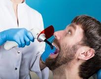 Lekarka egzamininuje oralnego zagłębienie na zębu gniciu Próchnicy ochrona Zębu gnicia traktowanie Dentysta pracuje z stomatologi obraz stock