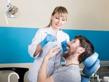 Lekarka egzamininuje oralnego zagłębienie na zębu gniciu Próchnicy ochrona Zębu gnicia traktowanie Dentysta pracuje z stomatologi Fotografia Stock