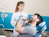 Lekarka egzamininuje oralnego zagłębienie na zębu gniciu Próchnicy ochrona Zębu gnicia traktowanie Dentysta pracuje z stomatologi zdjęcia stock