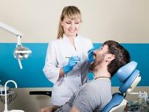Lekarka egzamininuje oralnego zagłębienie na zębu gniciu Próchnicy ochrona Zębu gnicia traktowanie Dentysta pracuje z stomatologi obrazy stock
