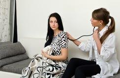 Lekarka egzamininuje pacjenta Zdjęcia Stock