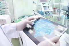Lekarka egzamininuje pacjenta mózg obraz stock