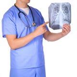 Lekarka egzamininuje promieniowanie rentgenowskie fotografie odizolowywać z stetoskopem fotografia stock