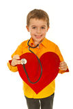 lekarka egzamininuje przyszłościowego szczęśliwego serce Fotografia Royalty Free