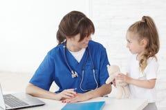 Lekarka i jej mały pacjent Zdjęcia Royalty Free