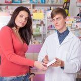 Lekarka i klient wśrodku apteki Zdjęcia Stock