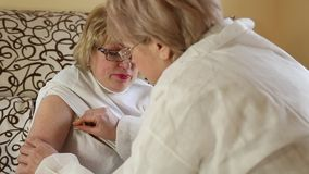 Lekarka i pacjent, ciało temperatury pomiar zdjęcie wideo