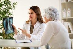Lekarka i pacjent dyskutuje obrazów cyfrowych rezultaty fotografia royalty free