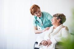 Lekarka i pacjent na wózku inwalidzkim zdjęcie stock