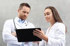 Lekarka i pielęgniarka obrazy royalty free
