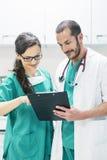 Lekarka i pielęgniarka egzamininuje raport pacjent obrazy royalty free