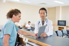 Lekarka I pielęgniarka Używa Cyfrowej pastylkę Przy szpitalem zdjęcia stock
