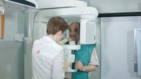 Lekarka lub radiolog pomaga starszego mężczyzna robi komputerowi analizujemy zęby fotografia royalty free