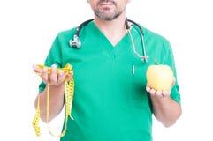 Lekarka lub student medycyny z taśmy jabłkiem i linią Fotografia Stock