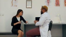 Lekarka męczył argumentowanie z cierpliwą ofiarą jej wodę i pigułkę uspokajać puszek zdjęcie wideo