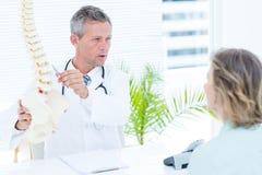 Lekarka ma rozmowę z jego pacjentem fotografia royalty free