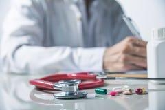 Lekarka, Medyczny lekarz pracuje w szpitalu pisze prescrip zdjęcie royalty free
