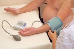 Lekarka mierzy ciśnienie krwi zdjęcia stock