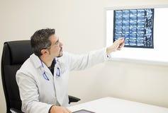 Lekarka mówi promieniowanie rentgenowskie Obrazy Stock