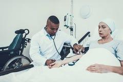 Lekarka naciska miary Pacjent na rehabilitaci zdjęcia stock