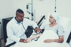 Lekarka naciska miary Pacjent na rehabilitaci zdjęcie stock