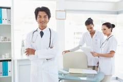 Lekarka ono uśmiecha się przed praca kolegami Fotografia Royalty Free