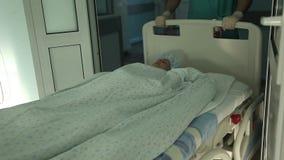 Lekarka opóźnia pacjenta po operaci w oddziale zdjęcie wideo
