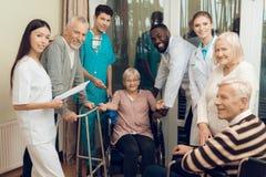 Lekarka opowiada starsza kobieta w karmiącym domu fotografia stock