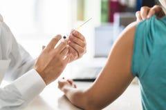 Lekarka, pacjent i zastrzyk igła, Lekarz lub pielęgniarka daje szczepionki zdjęcie royalty free