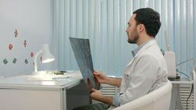 Lekarka patrzeje promieniowanie rentgenowskie obrazek płuca wewnątrz zbiory wideo