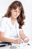 Lekarka pisze recepcie dla pacjenta obraz royalty free