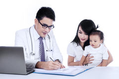 Lekarka pisze recepcie jego pacjent Obrazy Stock