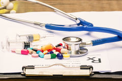 Lekarka pisze recepcie, stetoskop Obrazy Stock