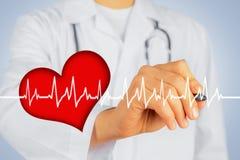 Lekarka pisze z pióro kształtem bicie serca fotografia royalty free