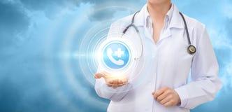 Lekarka pokazuje ikonę centrów medycznych wezwania Zdjęcie Royalty Free
