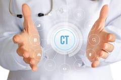Lekarka pokazuje ikonę Komputerowa tomografia Fotografia Royalty Free