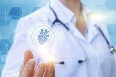 Lekarka pokazuje ikonę z sercem Fotografia Stock