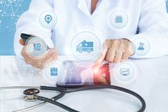 Lekarka pokazuje medyczną maszynową ikonę na ekranie Zdjęcie Stock