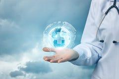 Lekarka pokazuje sieć medyczni zdrowie Obrazy Stock