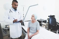 Lekarka przeprowadza wywiad kobiety która przechodzi rehabilitację po leczenia raka obrazy stock