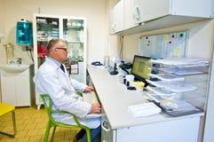 Lekarka przy biurkiem w lab Zdjęcia Royalty Free