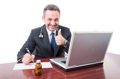 Lekarka przy biurowym pokazuje kciukiem i pisać up Zdjęcie Royalty Free