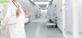 Lekarka przy szpitalem obrazy royalty free