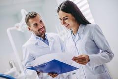 Lekarka przyglądający medyczni rezultaty obrazy royalty free