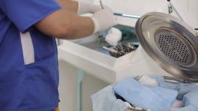 Lekarka przygotowywa narzędzia dla operaci zdjęcie wideo