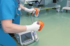 Lekarka przygotowywająca dla resuscitation. zdjęcie royalty free