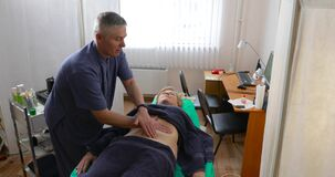 Lekarka robi masażowi cierpliwy ` s podbrzusze zdjęcie wideo