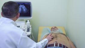 Lekarka robi ultrasonography podbrzusze starszy mężczyzna zbiory