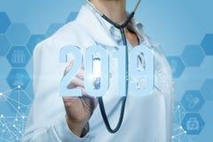 Lekarka słucha 2019 postaci na błękitnym tle obrazy stock